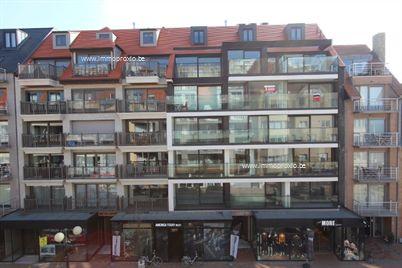 ZEER BREED appartement  met 2 slaapkamers én zijdelings / frontaal zeezicht over het Leopoldplein!! Bewoonbare oppervlakte: 139m²! Façadebreedte: 9...