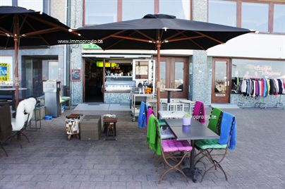 Mooie ingerichte snackbar op de zeedijk te Knokke, vlakbij het casino. Handelspand met een oppervlakte van 75.65 m² inclusief kelder. Er zijn 18 pl...