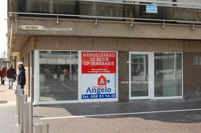 Mooi handelspand met veel etalage te koop. Het handelspand is centraal gelegen in het centrum van Oostduinkerke, op een commerciële topligging.