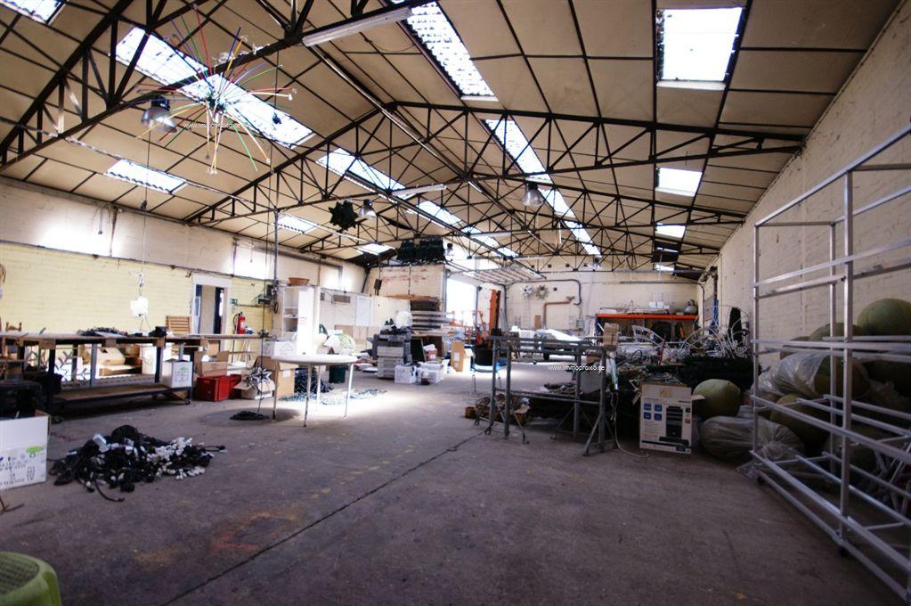 INDELING  : magazijn 1 (482m²) - kantoor 1 - kantoor 2 - toilet - kitchenette.   AFWERKING magazijnen</stron...