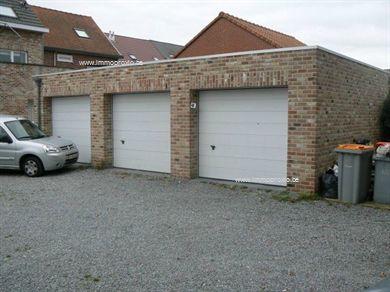 2 mooie individuele garages en 2 staanplaatsen in open lucht achter een recent gebouw. Het perceel kan afgesloten worden door middel van een hek. I...