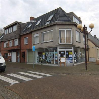 Handelspand, bestaande uit winkel met ruime (droge) kelder en atelier te huur in Koksijde dorp. Centrale ligging. Hoekpand Noordstraat/Massarstraat...